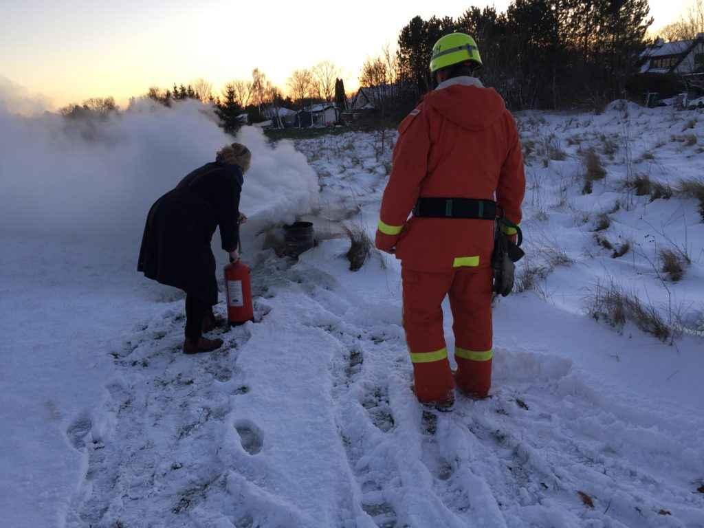 Här lär vi oss att släcka en brand med pulversläckare!