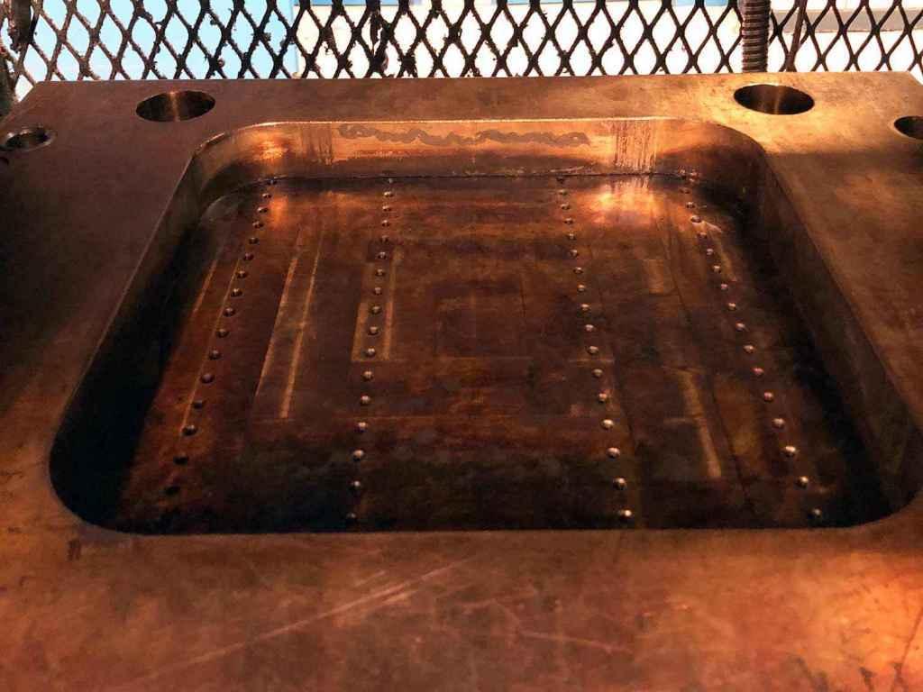 Vid transfer tillverkning lägger man ett eller flera förformade ämnen i en gryta. Man kör sedan ihop pressen och en kolv går ner i grytan och trycker ner gummit genom ett antal hål.